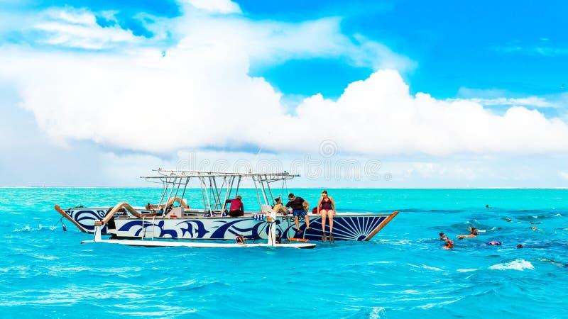 BOR bory FRANCUSKI POLYNESIA, WRZESIEŃ, - 19, 2018: Grupa turyści w łodzi zdjęcie royalty free