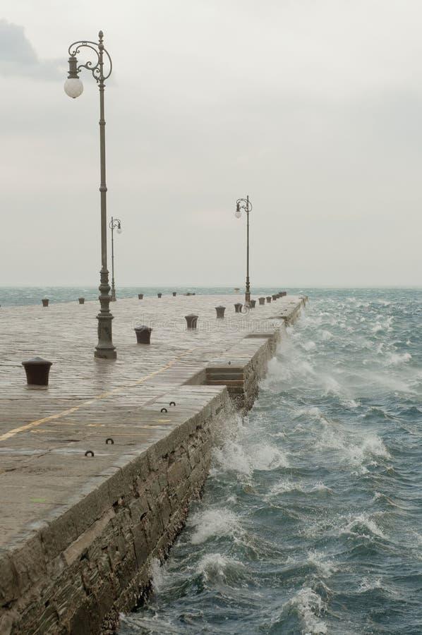 Bora,风雨如磐的风在的里雅斯特,意大利 库存图片