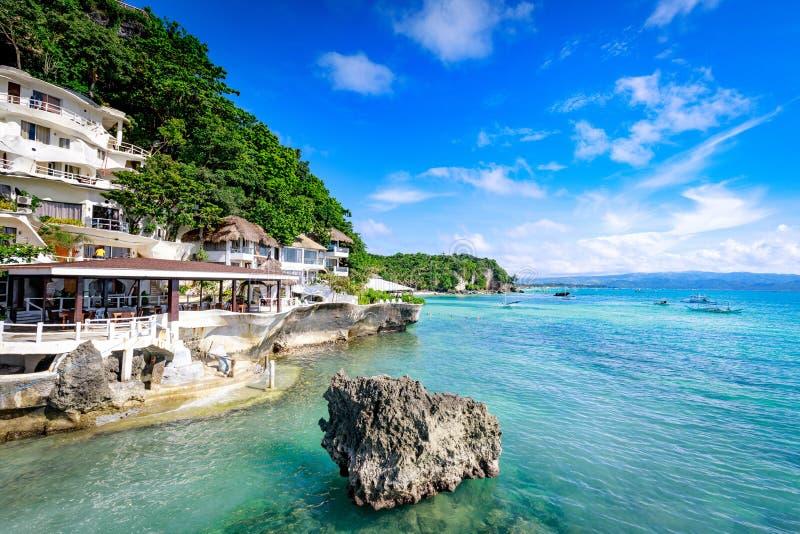 Boracay, Filipinas - 18 de noviembre de 2017: Mar tropical circundante del centro turístico del oeste de la ensenada, que es seña imagen de archivo