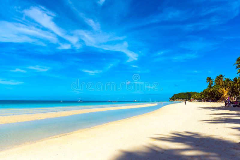 BORACAY FILIPPINERNA - FEBRUARI 28, 2018: Sikt av den sandiga stranden Kopiera utrymme för text royaltyfri fotografi