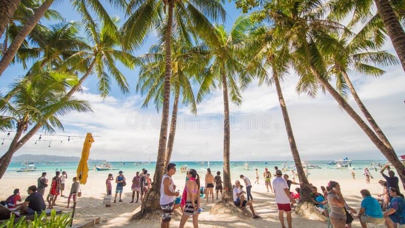 BORACAY FILIPPINERNA - JANUARI 7, 2018 - turister som kopplar av på paradiskusten av den vita stranden i Boracay royaltyfria foton