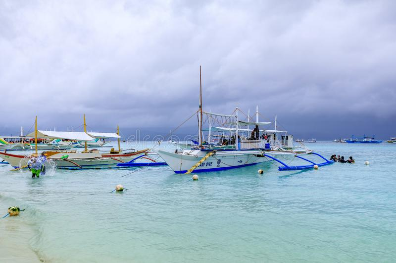 Hopping, Dive boats with white beach from the water stock photos