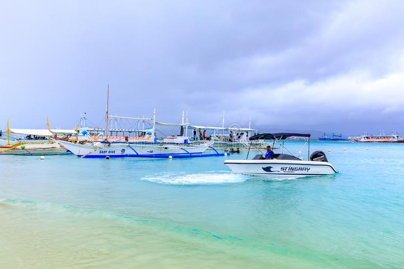Hopping, Dive boats with white beach from the water royalty free stock photos
