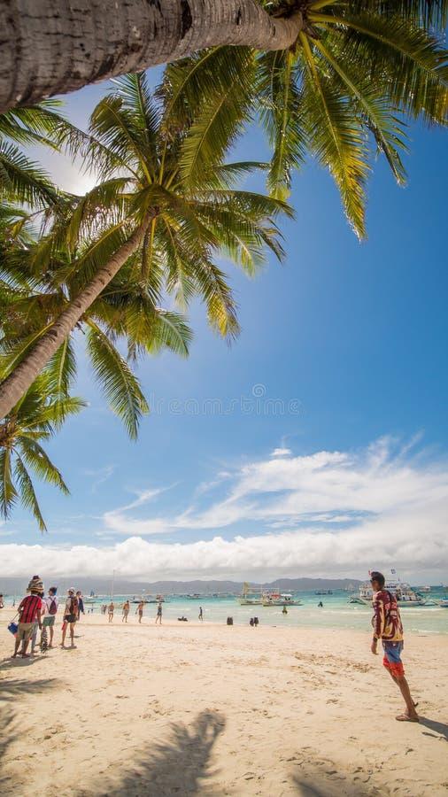 BORACAY, PHILIPPINEN - 7. Januar 2018 - Touristen, die auf dem Paradiesufer des weißen Strandes in Boracay sich entspannen stockbilder