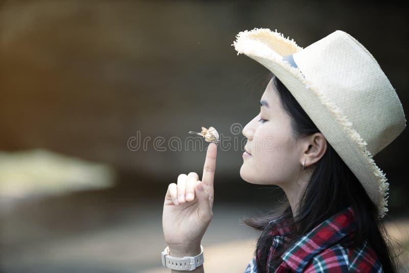 Borboleta na mão da mulher fotos de stock
