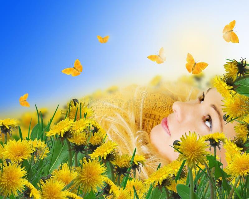 borboletas amarelas e mulher que encontram-se no prado fotos de stock royalty free