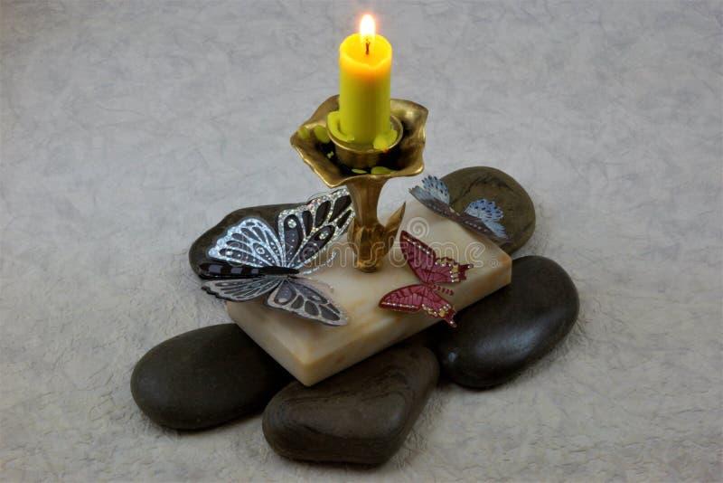 Borboletas bonitas que voam em uma chama de vela quente imagem de stock royalty free