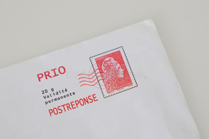 Bordéus, Aquitaine/França - 10 15 2019 : Marianne red postage frenage carimbo e envelope francês foto de stock