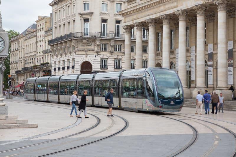 Bordéus, Aquitaine/França - 06 11 2018: Povos da cena da rua da cidade que andam na rua com o Bordéus da cidade do bonde no centr foto de stock royalty free