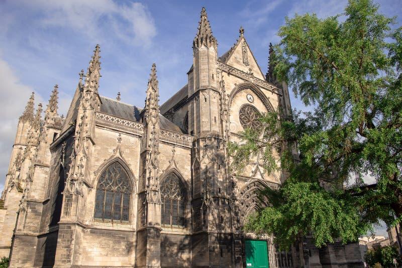 Bordéus, França - 6 de junho de 2017: O céu azul bonito no Saint-Michel de Basilique é uma das atrações as mais famosas da cidade fotos de stock