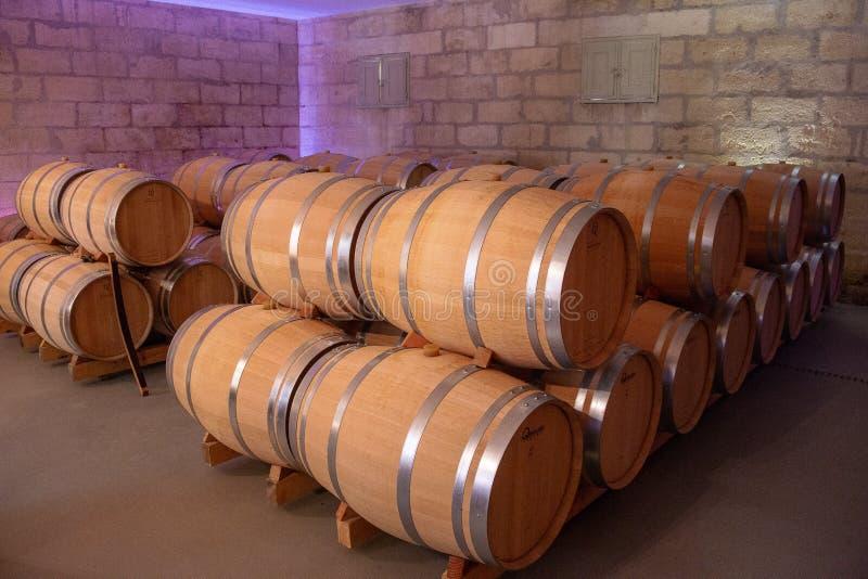Bordéus, França - 6 de junho de 2017: Vinhos que fermentam em grandes tambores tradicionais do carvalho na adega de vinho fotos de stock