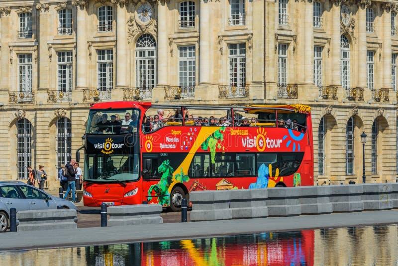 BORDÉUS, FRANÇA - 18 DE MAIO DE 2018: Vista do ônibus de turista no centro da cidade fotografia de stock royalty free
