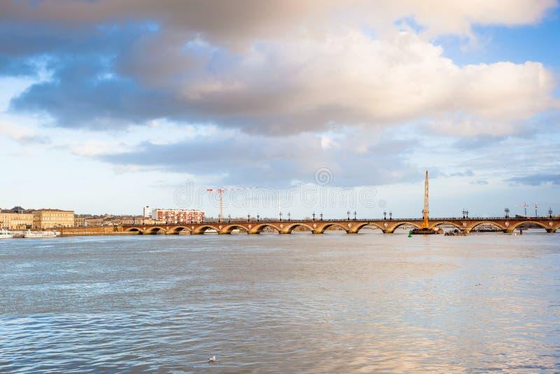 Bordéus, a ponte de pedra no rio de Garona, França foto de stock