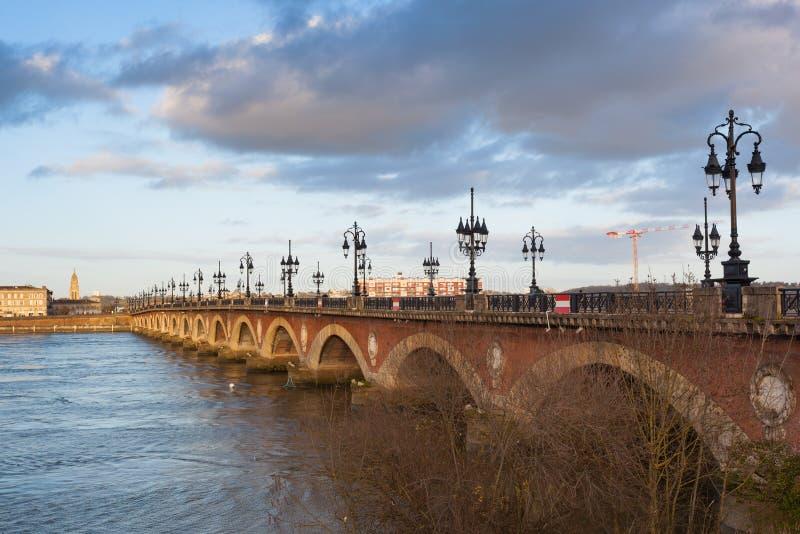 Bordéus, a ponte de pedra no rio de Garona, França imagem de stock