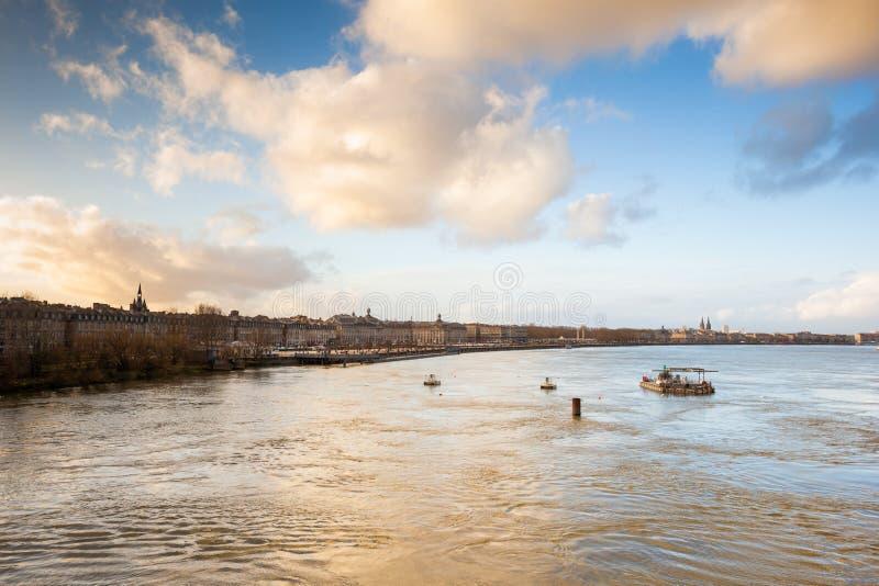 Bordéus, vista da ponte de pedra no rio de Garona, franco imagens de stock royalty free