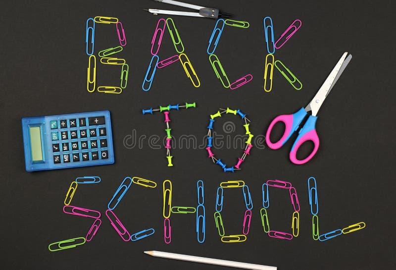 Bord als achtergrond die van kleurrijke paperclippen en schooltoebehoren wordt gemaakt royalty-vrije stock afbeelding