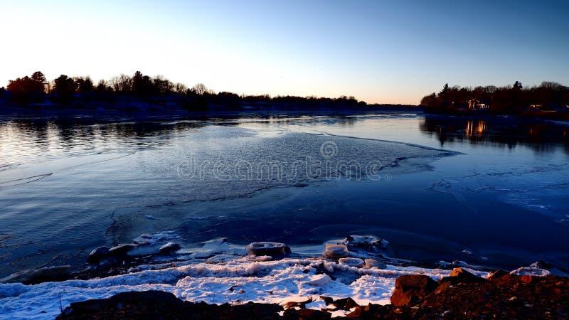 Bord d'une eau et d'une glace de rivière photos stock