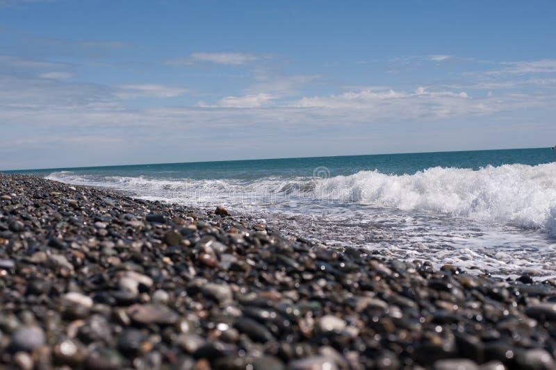 Bord de la mer avec le ciel bleu photos libres de droits