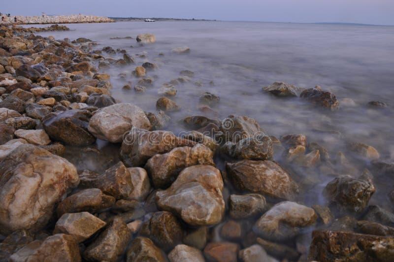 Bord de la mer complètement des roches pointues images libres de droits