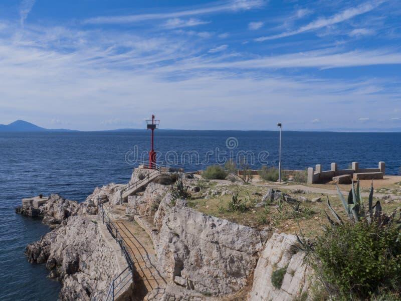 Bord de la mer croate avec le petit phare photos libres de droits
