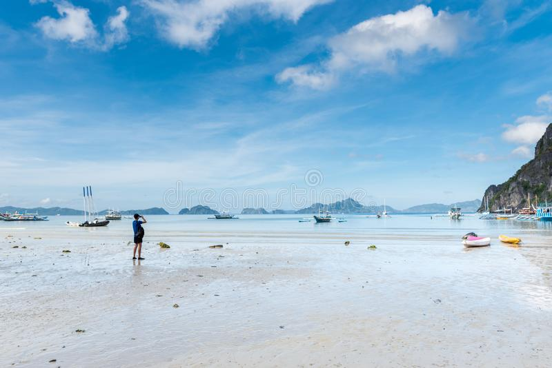 Bord de la mer d'EL Nido dans Palawan Marée basse et montagne avec des bateaux à l'arrière-plan photo stock
