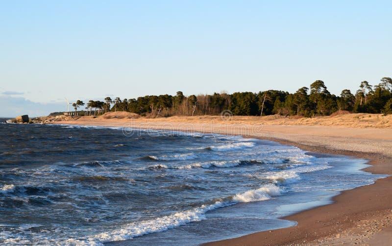 Bord de la mer dans Liepaja, Lettonie à l'heure le printemps image libre de droits
