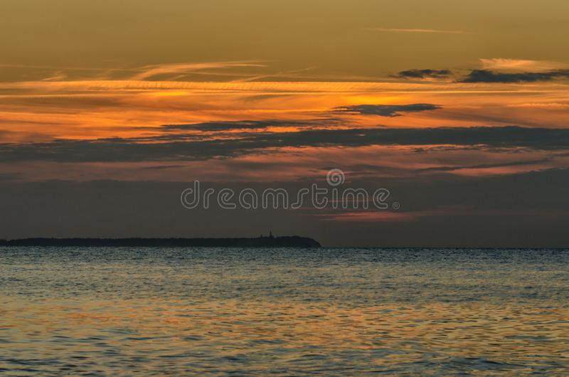 Bord de la mer dans Lohme avec le coucher du soleil et le Kap Arkona sur le fond, Allemagne photographie stock