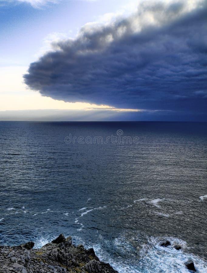 bord de la mer de péninsule de l'Irlande de vallon images libres de droits