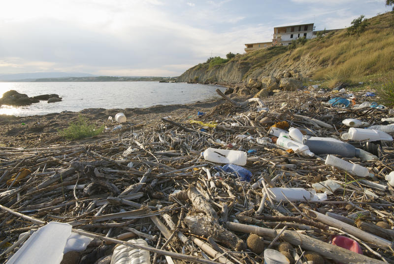 bord de la mer de pollution image stock
