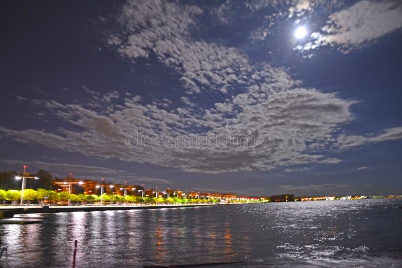 Bord de la mer de ville de Salonique Grèce par nuit image libre de droits