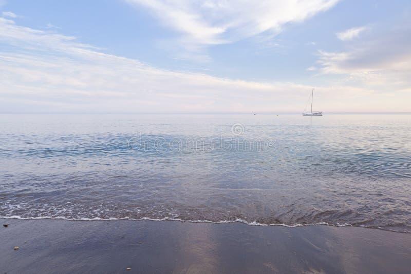Bord de la mer et bateau photos libres de droits