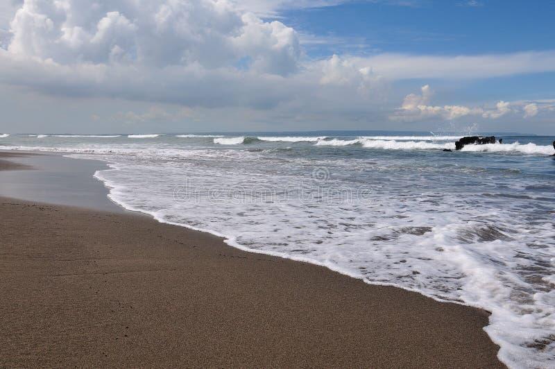 Bord de la mer noir de plage de sable image libre de droits
