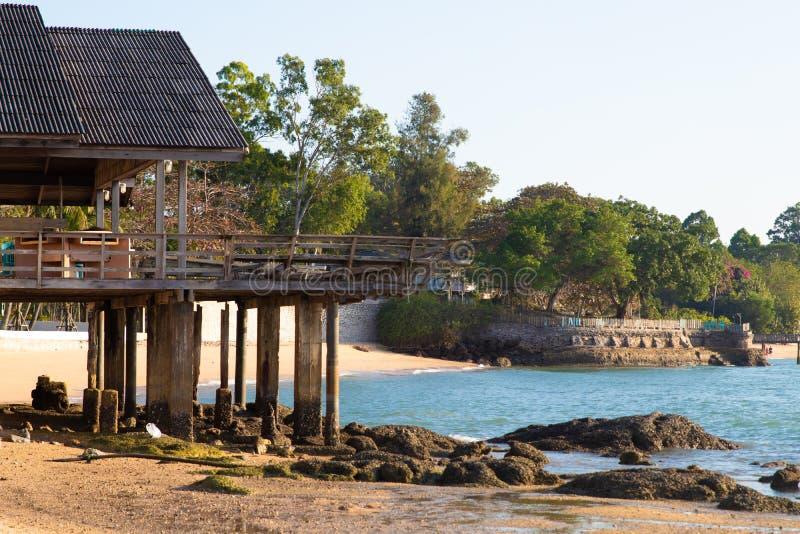 Bord de la mer pierreux avec une belle maison abandonnée, Thaïlande, Pattaya photographie stock