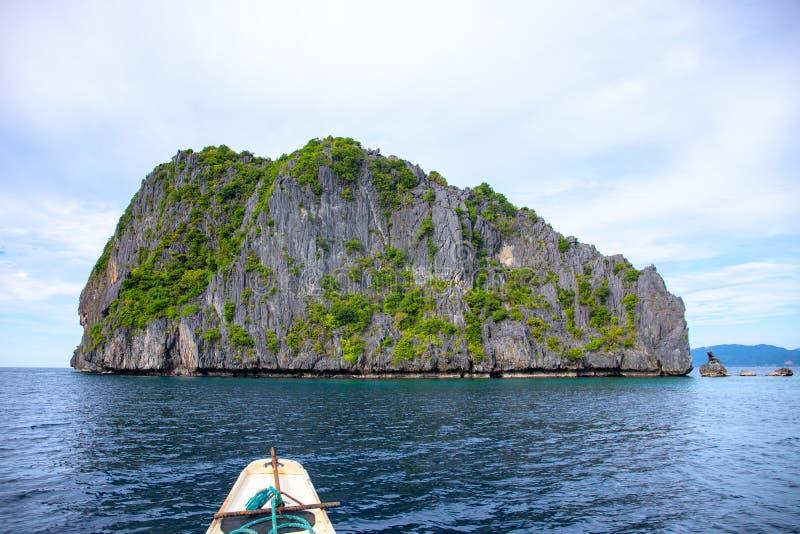Bord de la mer tropical avec l'eau de mer bleue et la falaise noire Plate-forme de bateau en bois dans le voyage marin Horizontal images stock