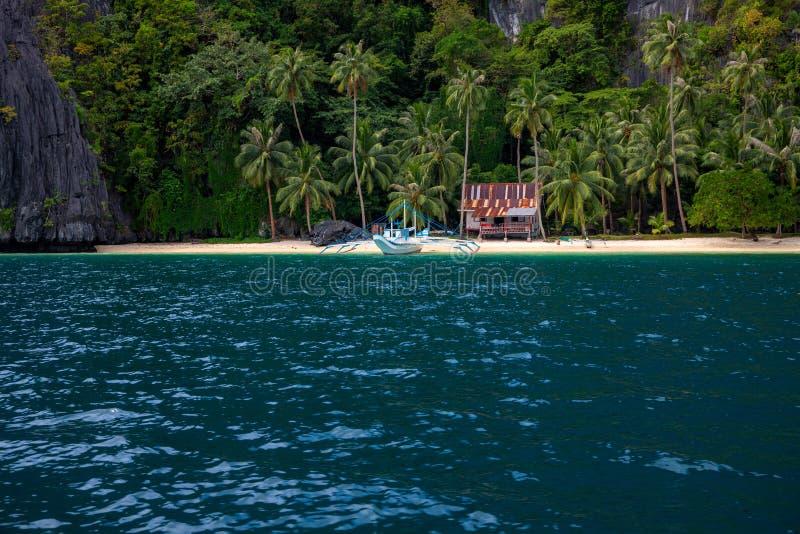 Bord de la mer tropical avec l'eau et la hutte de mer bleues Maison rustique sur le beau paysage marin Vue de Palm Beach photos stock
