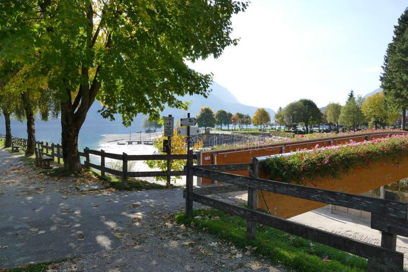 Bord de lac de Molveno images libres de droits
