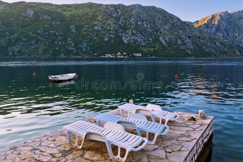 Download Bord De Mer Avec La Mer Et La Montagne Image stock - Image du extérieur, seafront: 87702703
