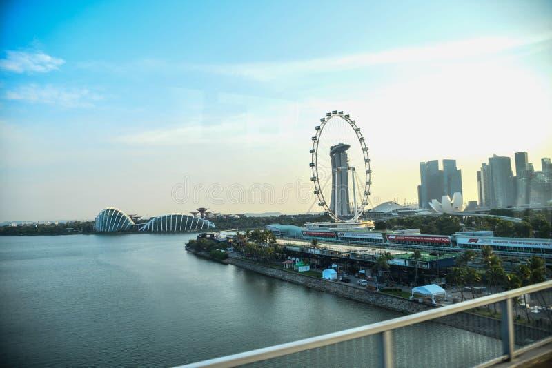 Bord de mer de baie de marina à Singapour, comportant les sables de baie de marina, le musée Lotus-formé d'ArtScience et le pont  photo stock
