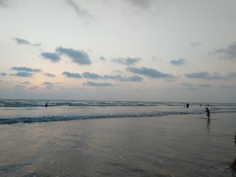 Bord de mer de coucher du soleil du Goudjerate de plage d'Umbergaon photographie stock libre de droits