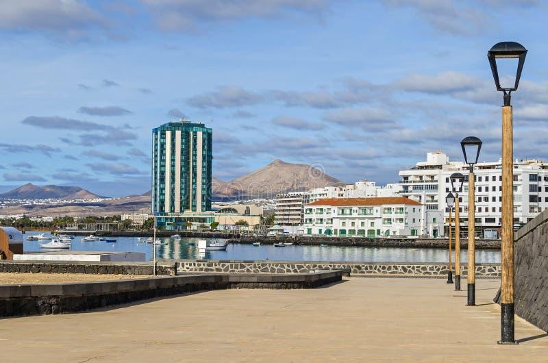 Bord de mer d'une ville gauche Arrecife avec l'hôtel de mamie d'Arrecife et les volcans de Lanzarote, Espagne images stock