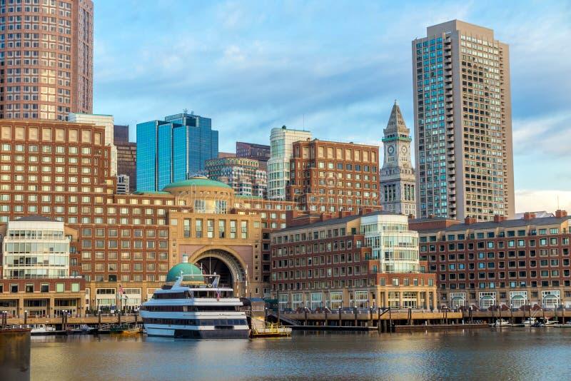 Bord de mer de Boston avec les gratte-ciel et le pont photos stock