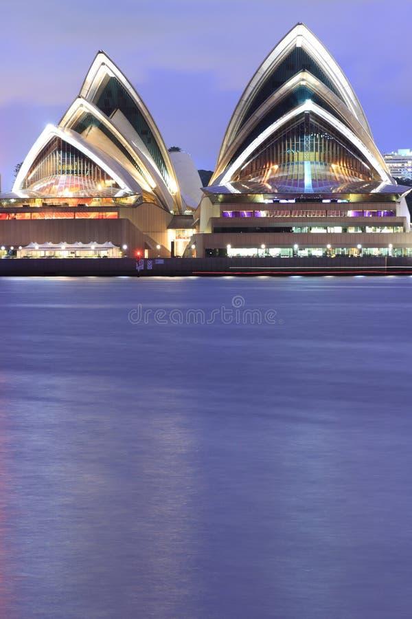Bord de mer de théatre de l'$opéra de Sydney au crépuscule images libres de droits