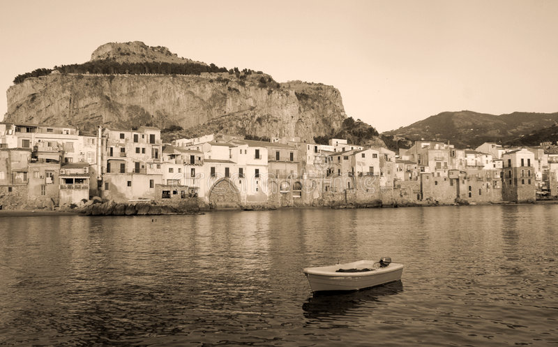 Bord de mer de ville de Cefalu photo libre de droits