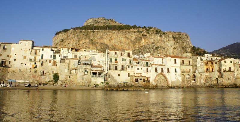 Bord de mer de ville de Cefalu image stock