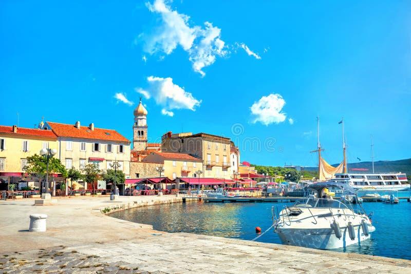 Bord de mer et quai de vieille ville côtière méditerranéenne Krk Île Krk, Croatie images libres de droits