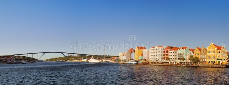 Bord de mer et Reine Juliana Bridge, Willemstad, Curaçao a photographie stock libre de droits