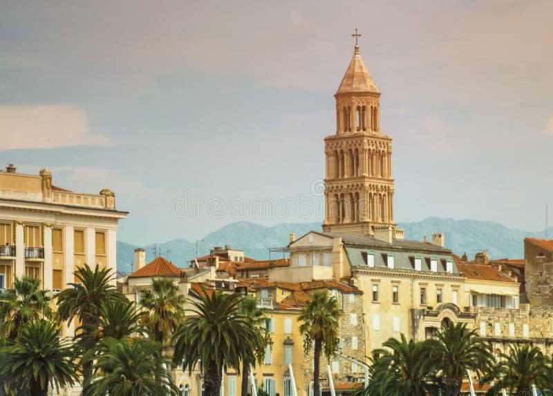 Bord de mer, maisons et cathédrale de Riva de saint Domnius, Dujam, D photo stock
