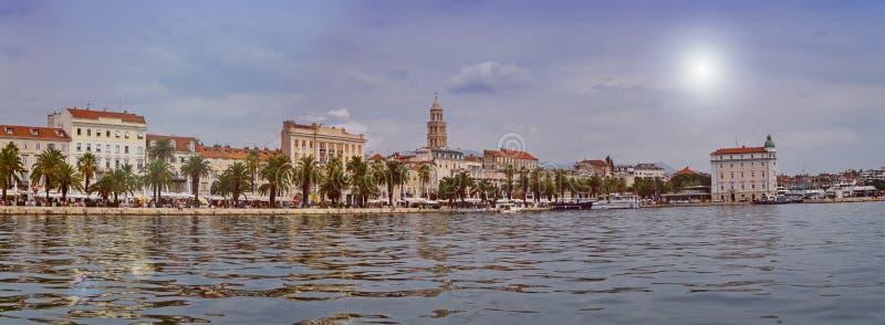 Bord de mer, maisons et cathédrale de Riva de saint Domnius, Dujam, Duje, ville de tour de cloche vieille par jour, fente, Croati images libres de droits