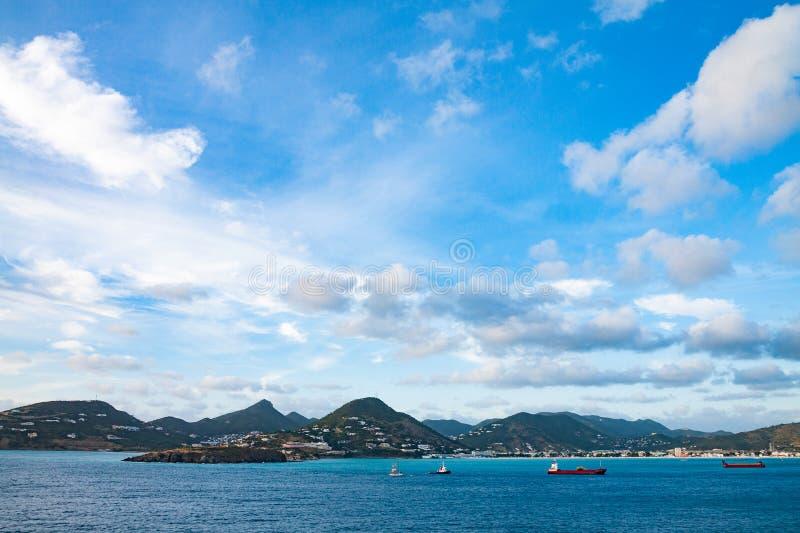 Bord de mer de St Maartan, montagnes photos libres de droits