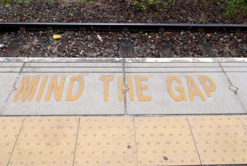 Bord de plate-forme à la station de train avec l'avertissement de sécurité photographie stock libre de droits